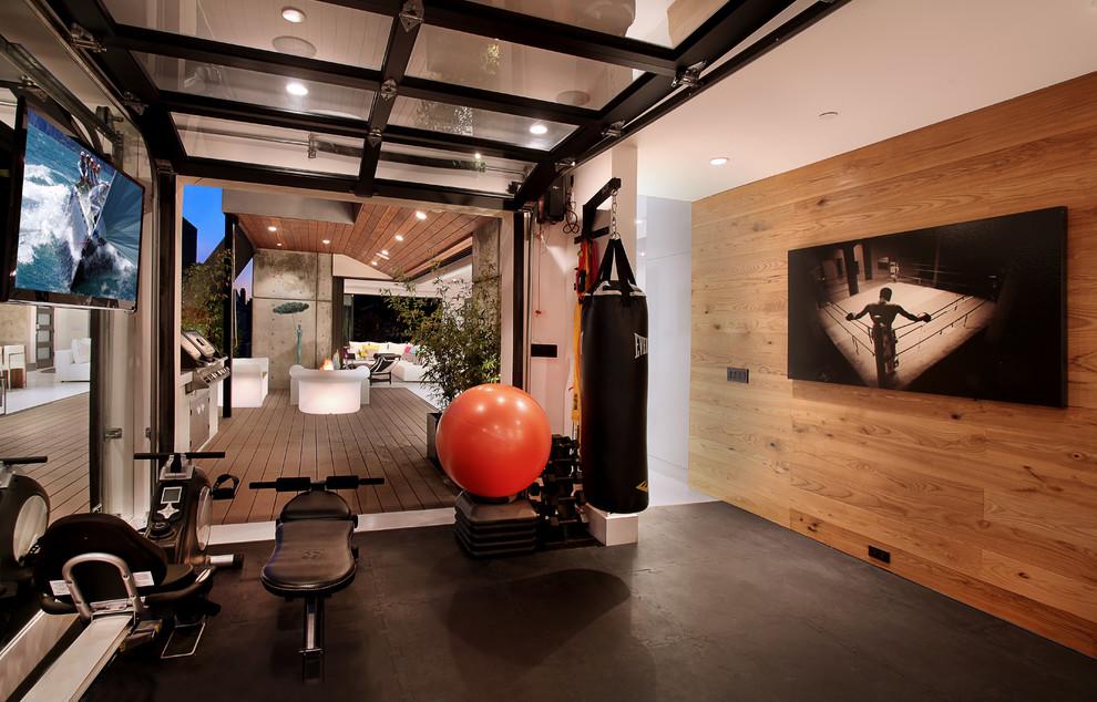 Multifunktionaler Moderner Fitnessraum mit schwarzem Boden in Orange County