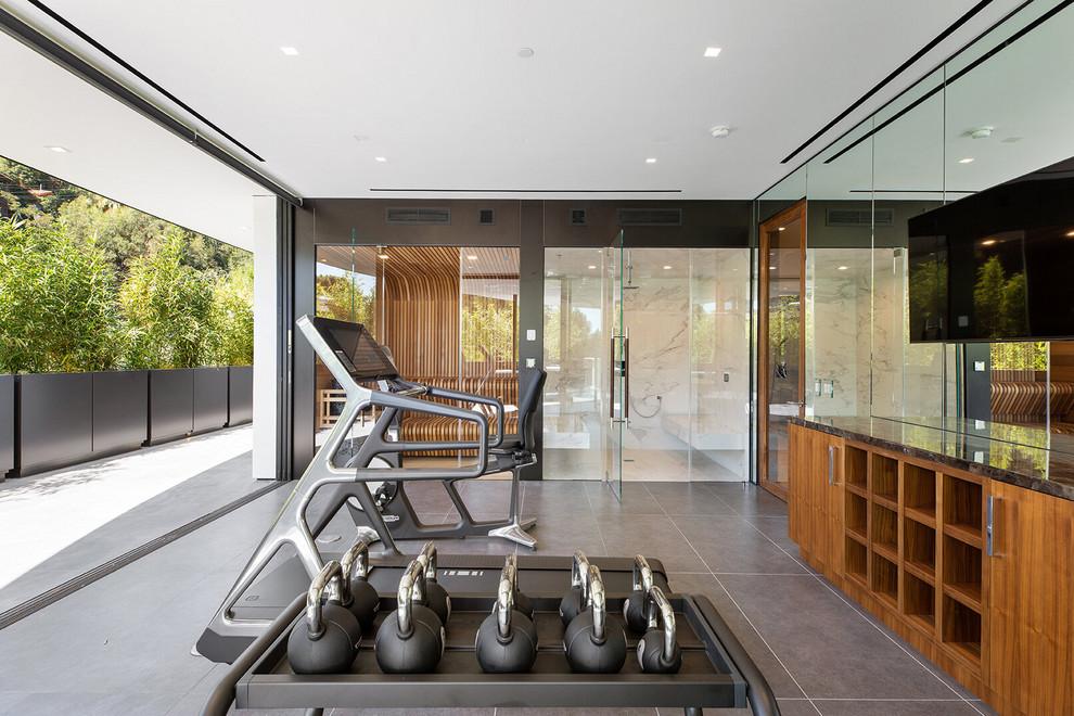 Moderner Fitnessraum mit grauem Boden in Los Angeles