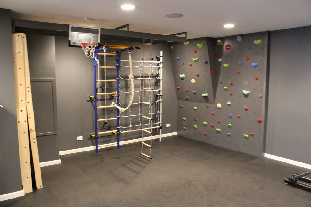 Mittelgroßer Klassischer Fitnessraum mit Kletterwand, grauer Wandfarbe und Korkboden in Chicago