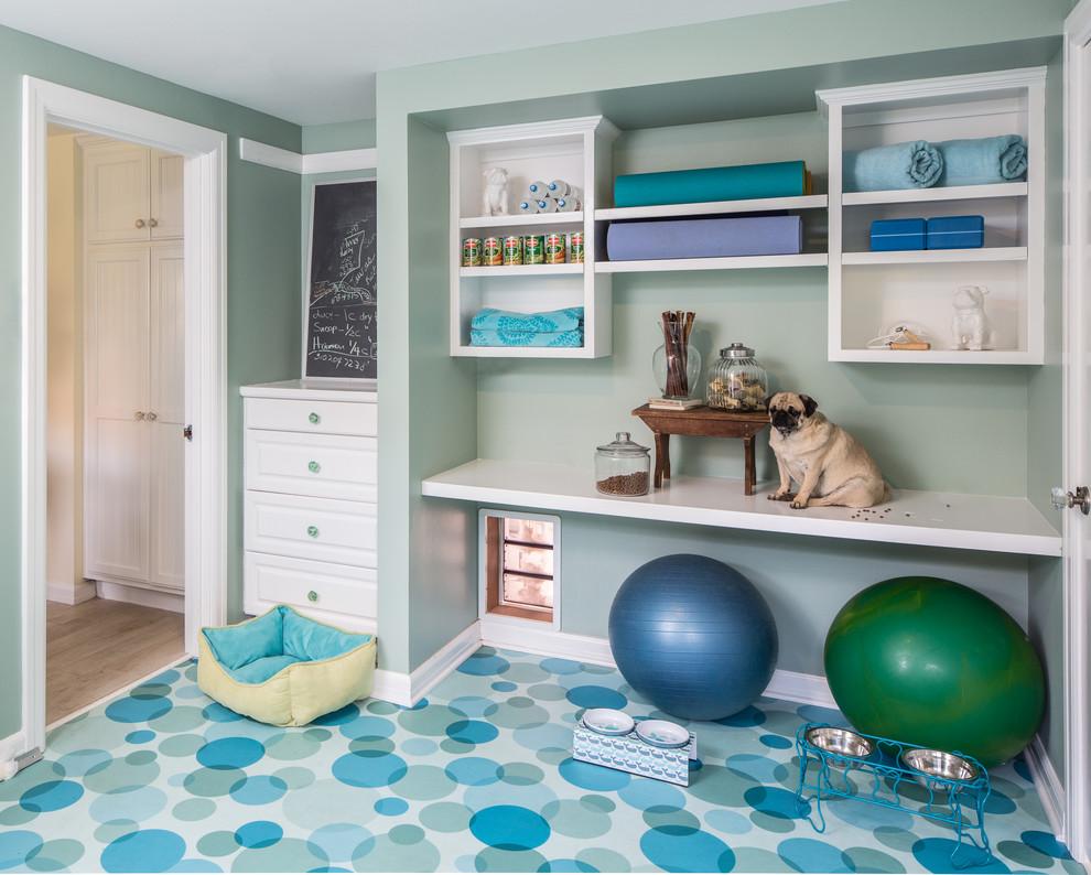Klassischer Fitnessraum mit grüner Wandfarbe und blauem Boden in Los Angeles