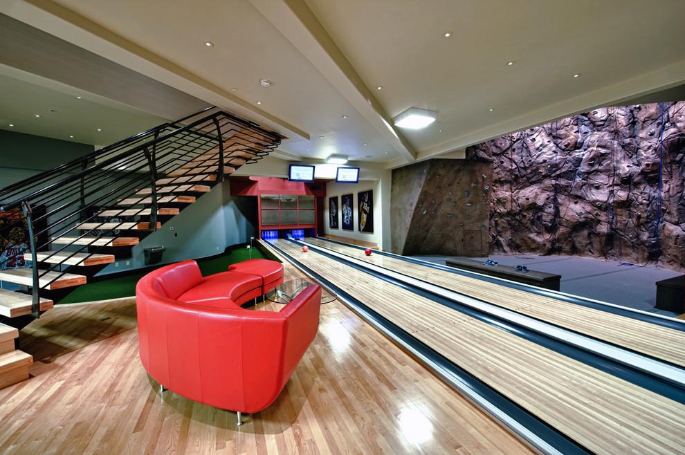 Idee per un'ampia parete da arrampicata stile americano con pareti beige e parquet chiaro