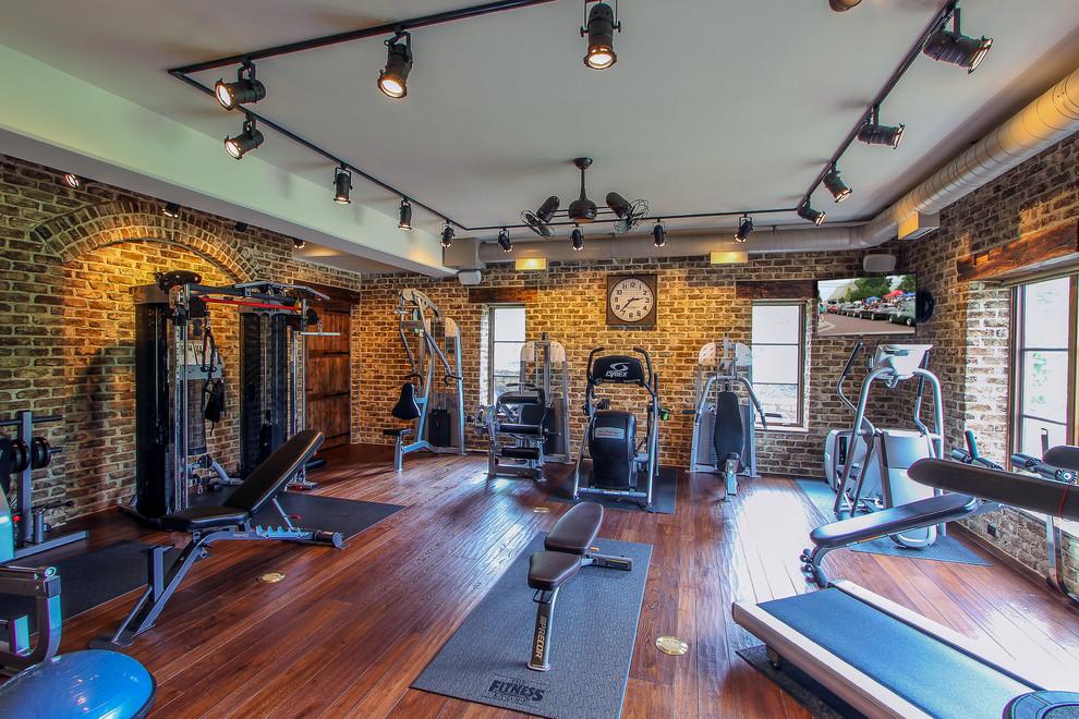Imagen de sala de pesas clásica con suelo de madera en tonos medios