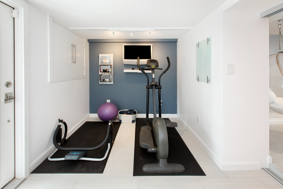 Kleiner Moderner Fitnessraum mit weißer Wandfarbe in Washington, D.C.