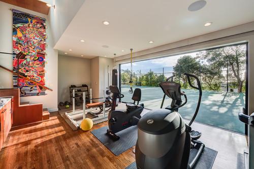 Gym maison dans un garage avec vue sur une surface de sport privée