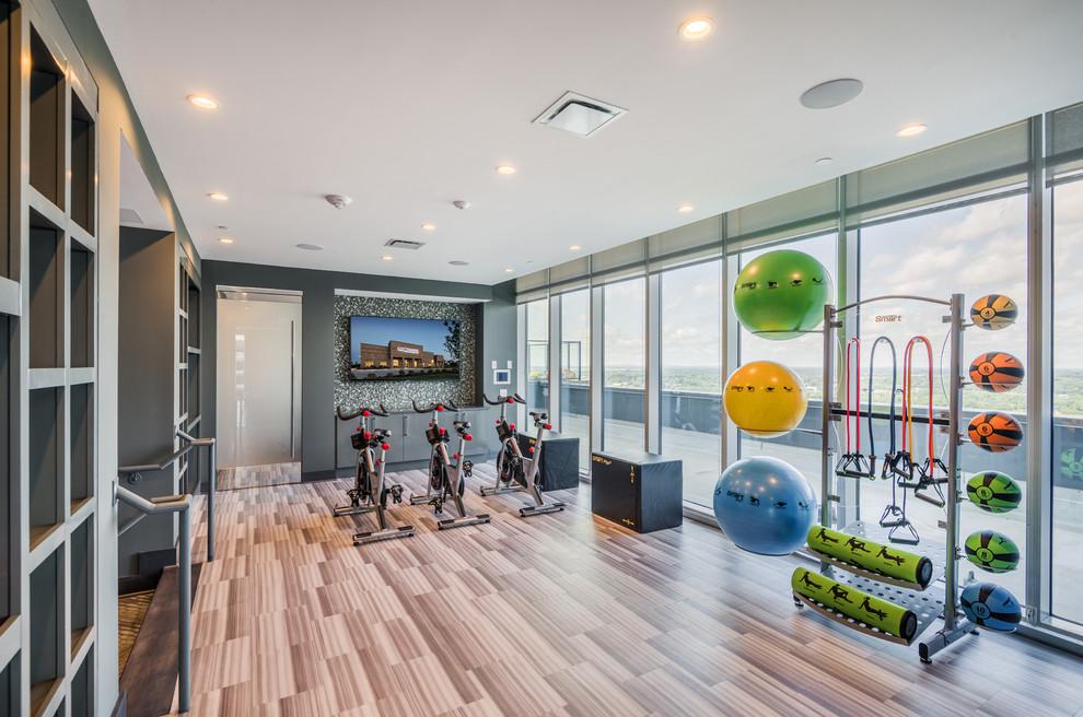 Multifunktionaler Moderner Fitnessraum mit grauer Wandfarbe und braunem Boden in Charlotte