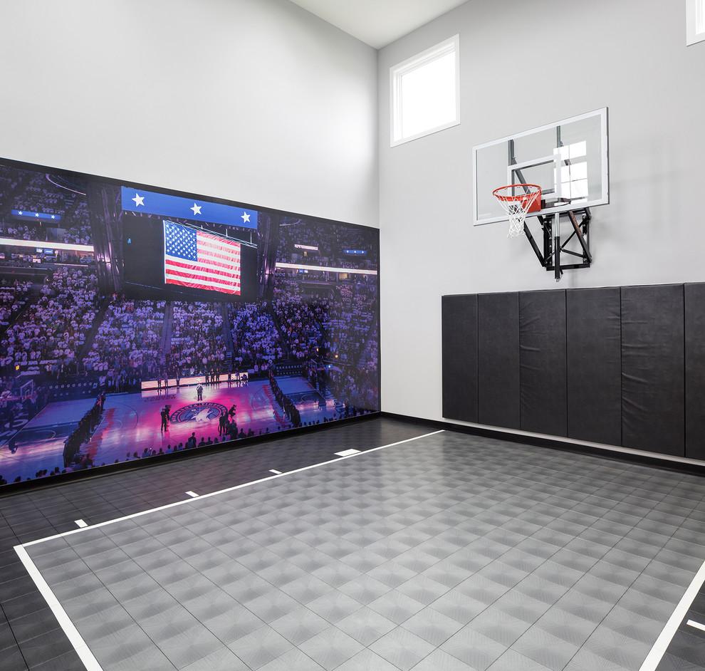 Klassischer Fitnessraum mit Indoor-Sportplatz, bunten Wänden und buntem Boden in Minneapolis