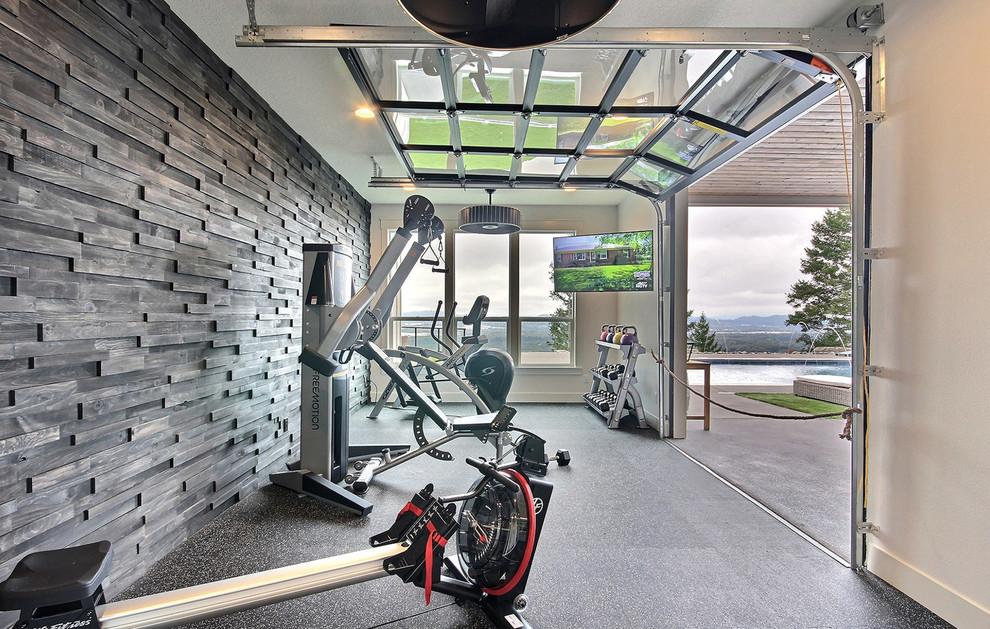 Großer Landhaus Kraftraum mit brauner Wandfarbe und buntem Boden in Portland
