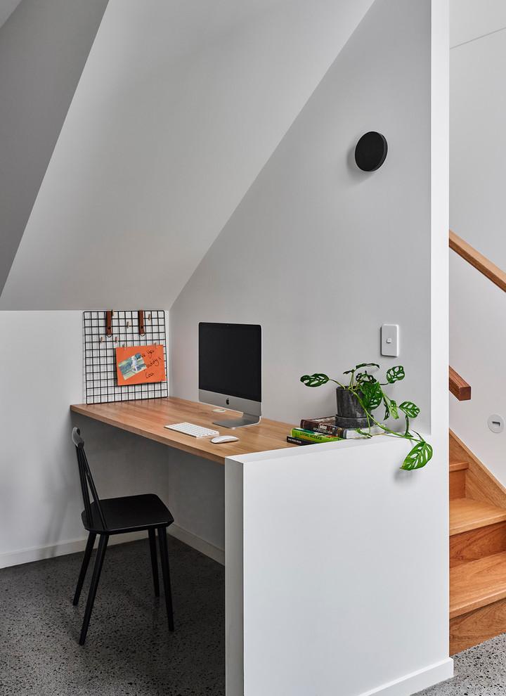 Foto de despacho marinero, pequeño, sin chimenea, con paredes blancas, escritorio empotrado y suelo gris