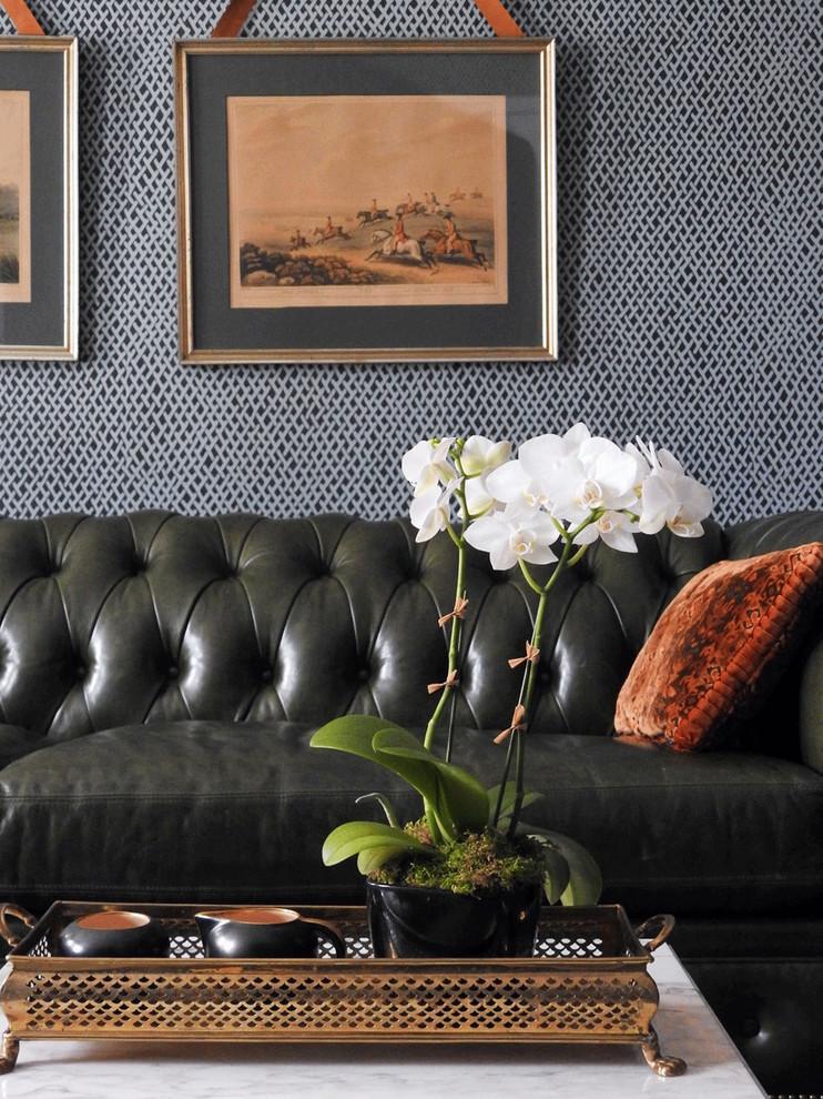 Ejemplo de despacho tradicional, de tamaño medio, sin chimenea, con biblioteca, paredes grises, suelo de madera en tonos medios y suelo marrón