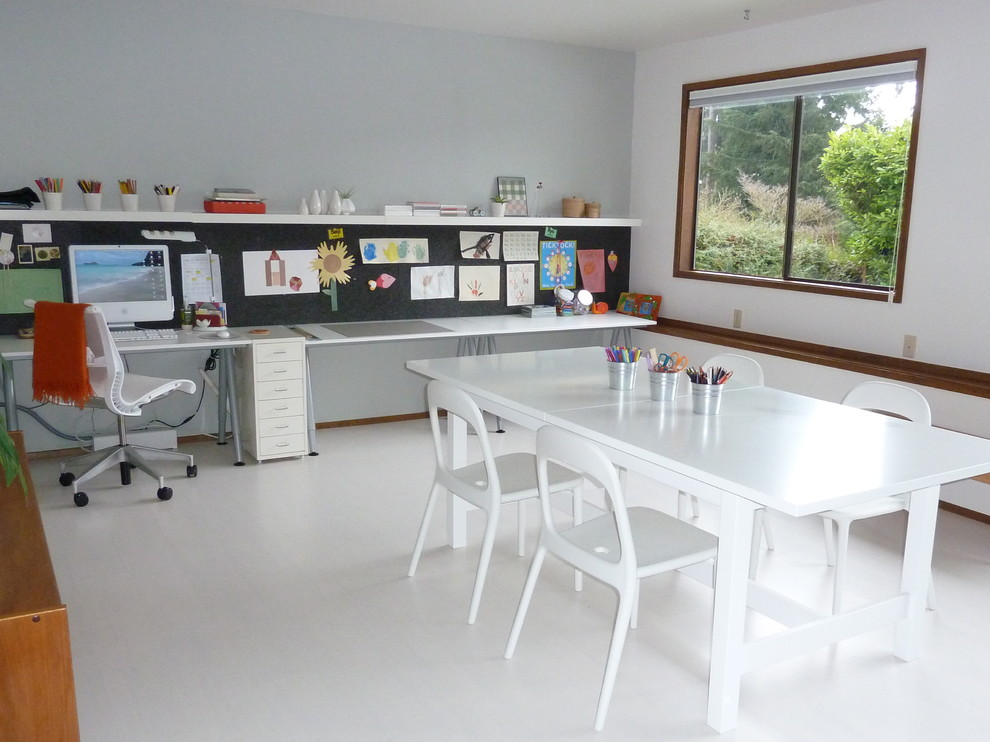 Example of a minimalist home office design in Seattle