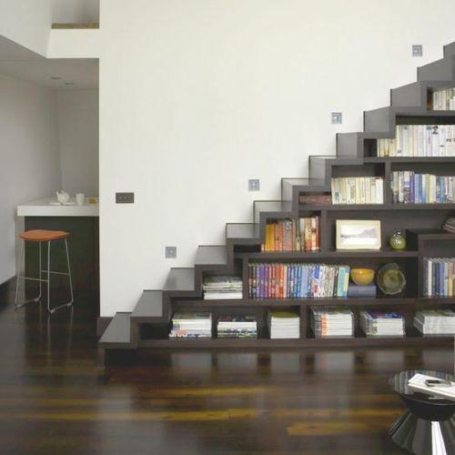 βιβλιοθήκη κάτω απο την σκάλα