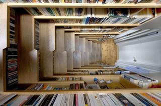 βιβλιοθηκη κατω απο την σκάλα