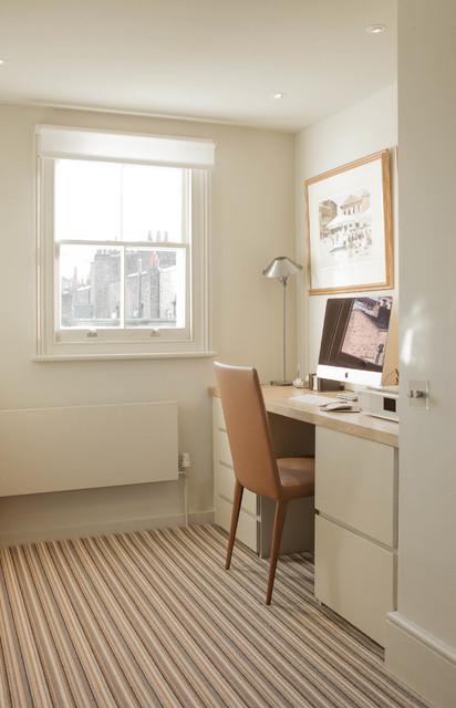 London, UKの中サイズのトランジショナルスタイルの書斎・仕事部屋の写真 (白い壁、カーペット敷き、暖炉なし、造り付け机)