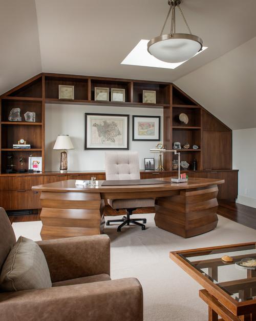 современный кабинет на мансарде с деревянной отделкой