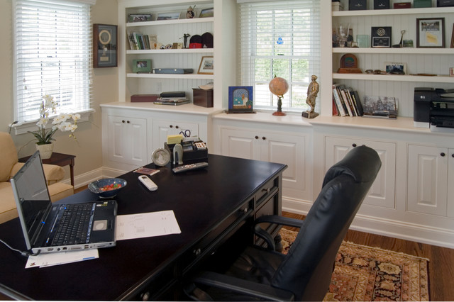 Colonial outbuilding office traditional-home-office