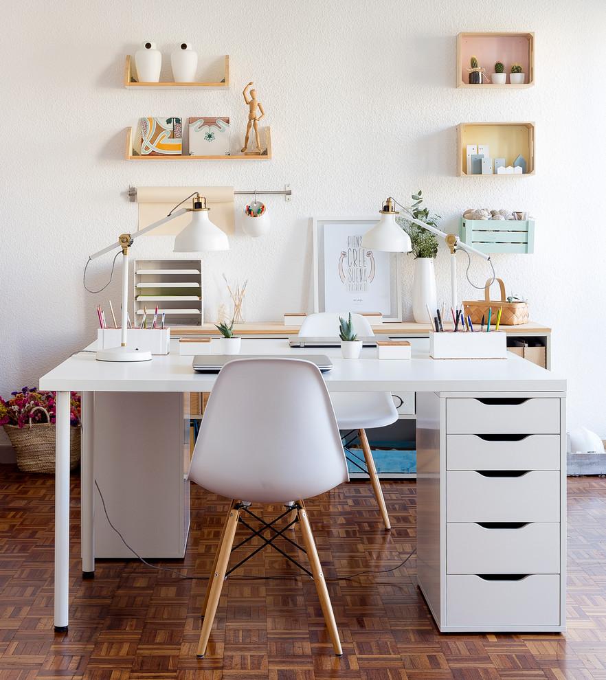 Diseño de despacho actual, de tamaño medio, sin chimenea, con paredes blancas, suelo de madera oscura y escritorio independiente