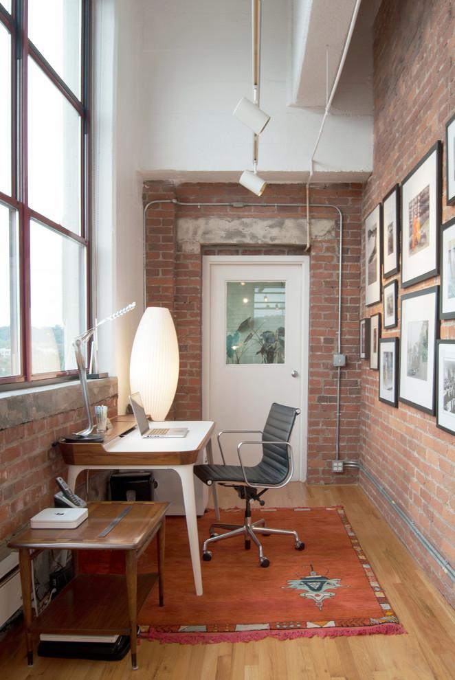 Foto de despacho industrial con escritorio independiente y suelo de madera clara