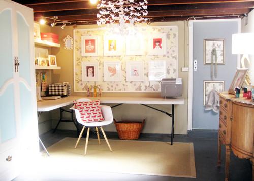 cuarto de estudio pequeño y luminoso