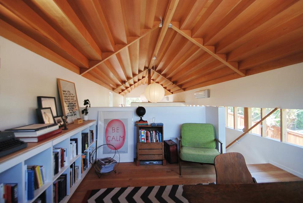 Foto di uno studio contemporaneo di medie dimensioni con pareti bianche, pavimento in legno massello medio, nessun camino, scrivania autoportante e pavimento marrone