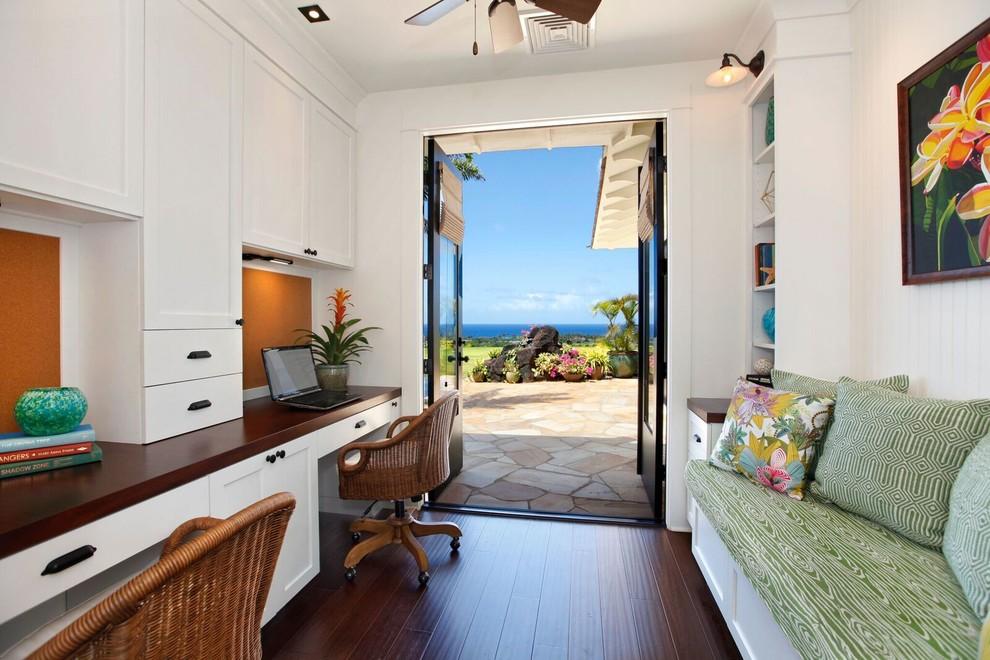 Foto di un ufficio stile marinaro di medie dimensioni con pareti bianche, pavimento in bambù, scrivania incassata, pavimento nero e nessun camino