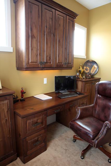 Foto på ett mellanstort vintage arbetsrum, med gula väggar, heltäckningsmatta och ett inbyggt skrivbord