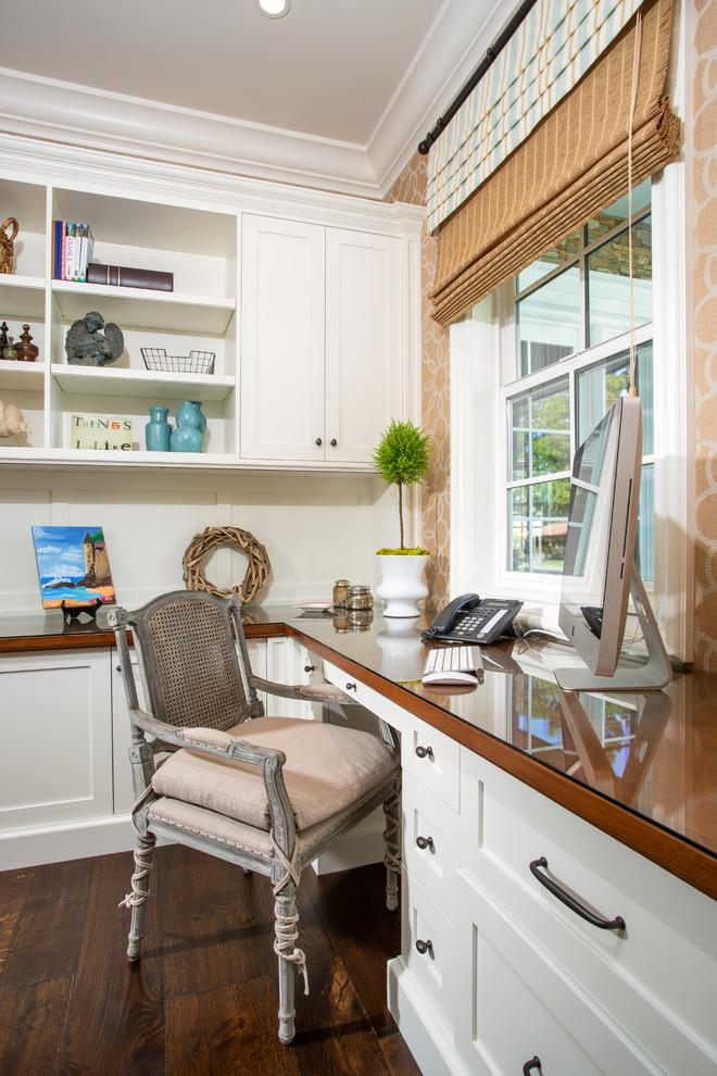 Foto di un ufficio chic di medie dimensioni con pareti beige, parquet scuro, scrivania incassata, nessun camino e pavimento marrone