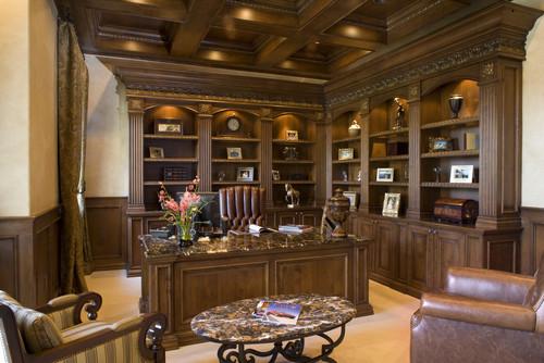 дорогой классический кабинет с деревянной отделкой шкафами кожаной мебелью
