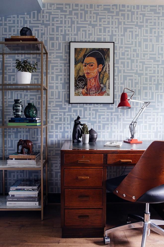 サリーの小さいミッドセンチュリースタイルのおしゃれな書斎 (青い壁、ラミネートの床、自立型机) の写真