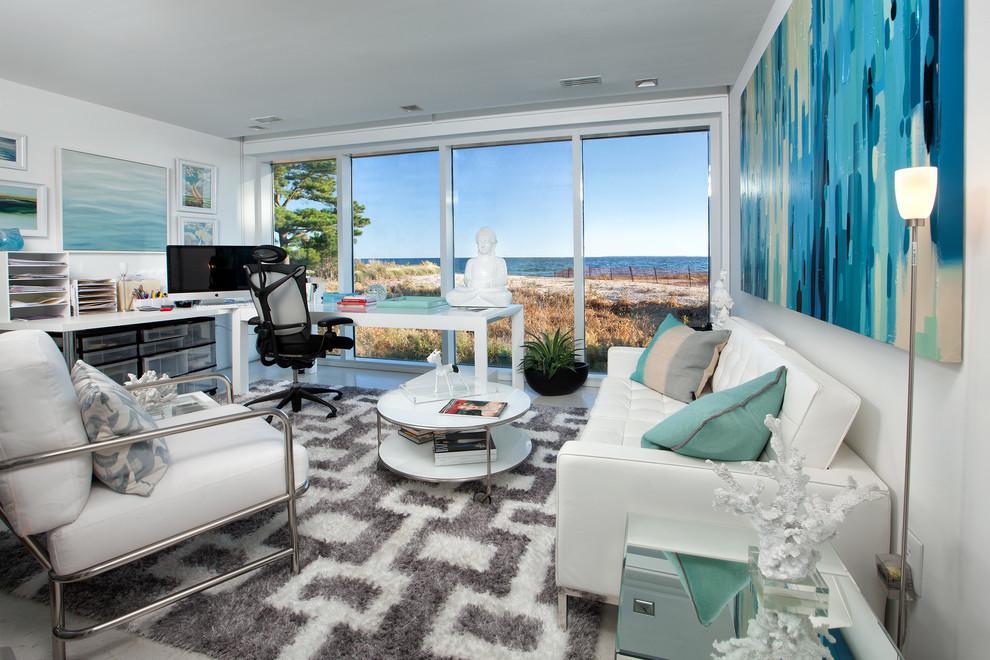Imagen de despacho costero, sin chimenea, con paredes blancas y escritorio independiente