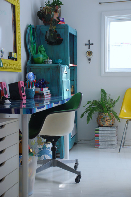 Photo of a bohemian home office and library in Toronto with white walls.