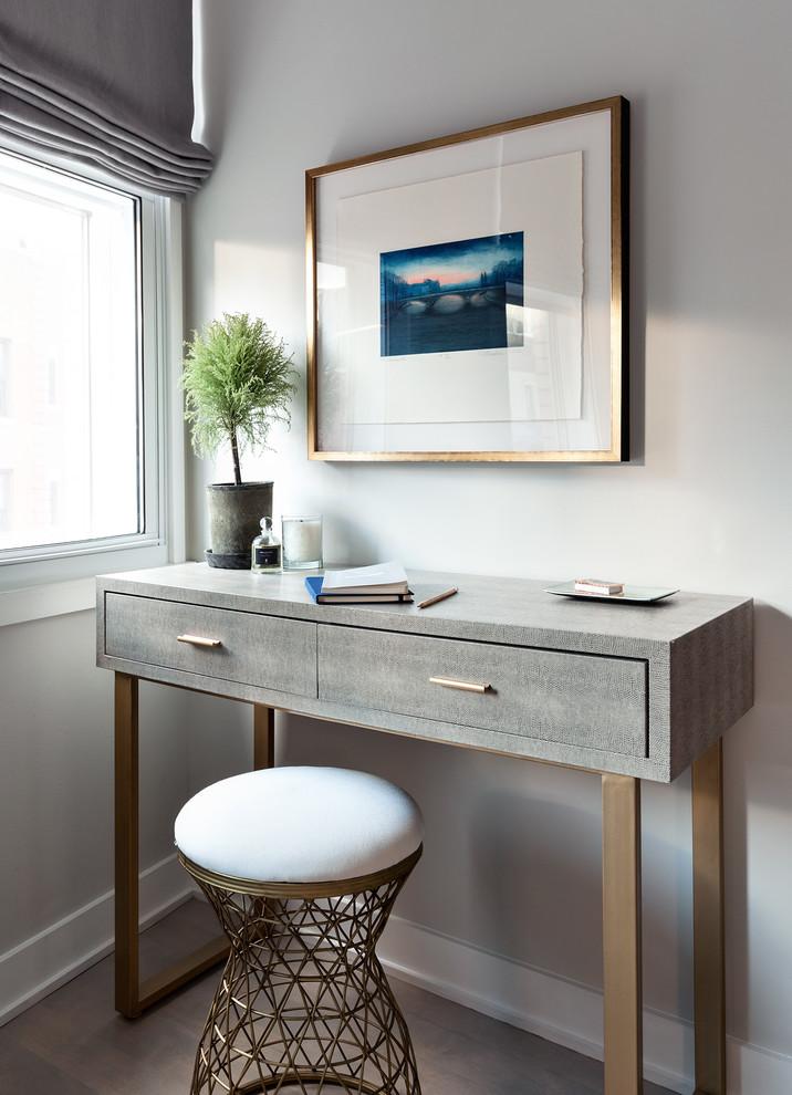 ニューヨークのトランジショナルスタイルの書斎・ホームオフィスの画像 (グレーの壁、淡色無垢フローリング、自立型机)