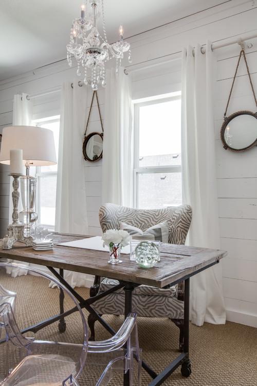 белый кабинет в деревянном загородном коттедже