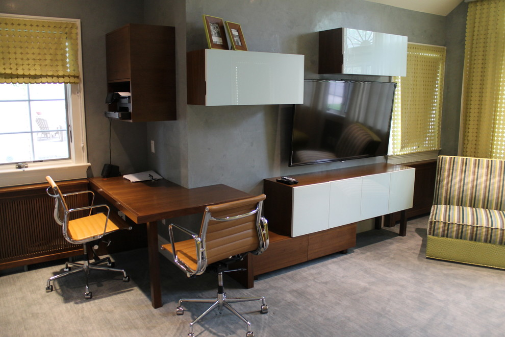 Mid-sized minimalist built-in desk carpeted home studio photo in New York with gray walls