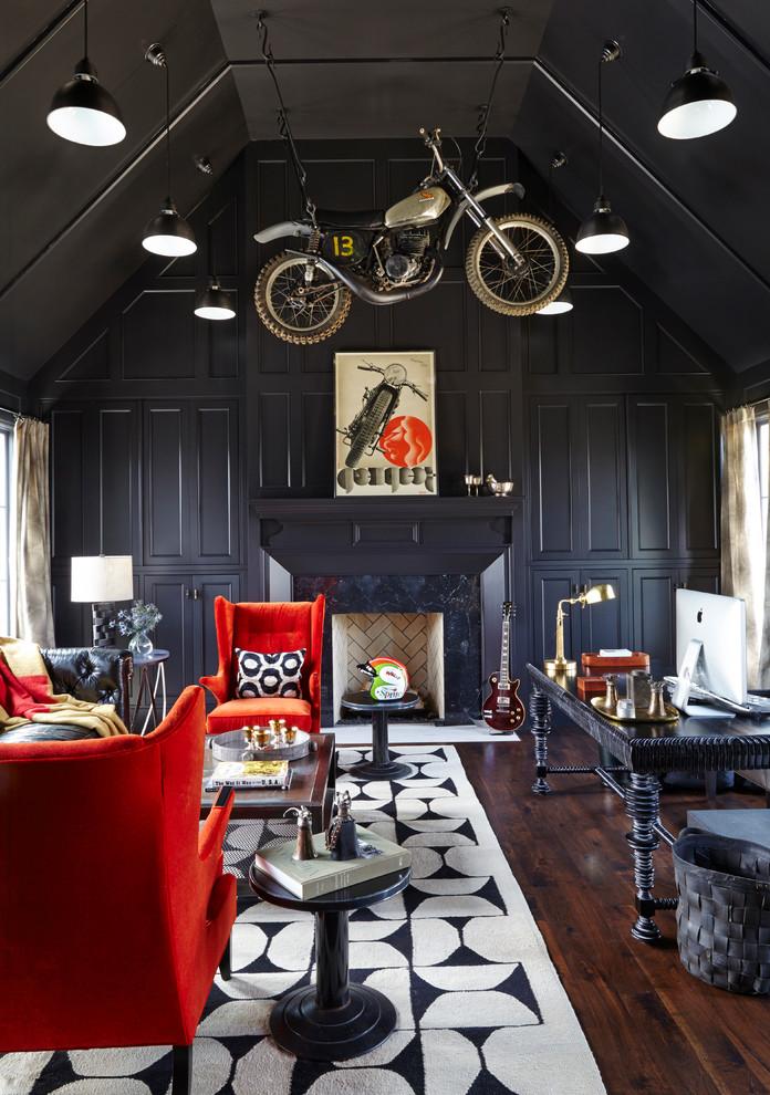 Idee per un grande ufficio contemporaneo con pareti nere, parquet scuro, camino classico, scrivania autoportante e pavimento marrone