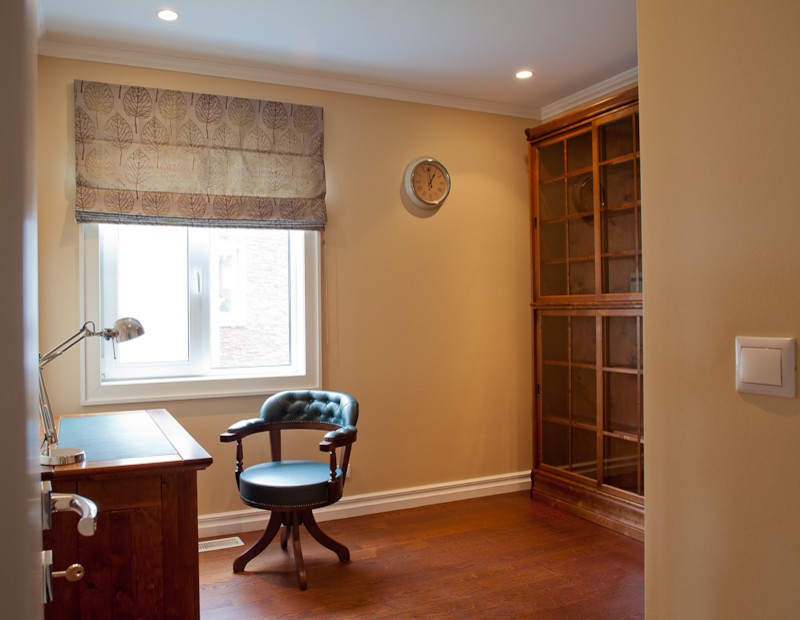 Example of a transitional home office design in Moscow