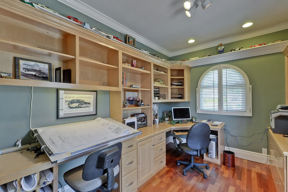 Example of a classic built-in desk home office design in San Francisco