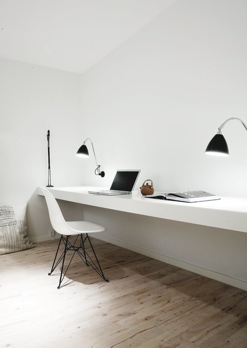 Home office with wall-mounted long desk and lamps from Bestlite. Copenhagen Pent