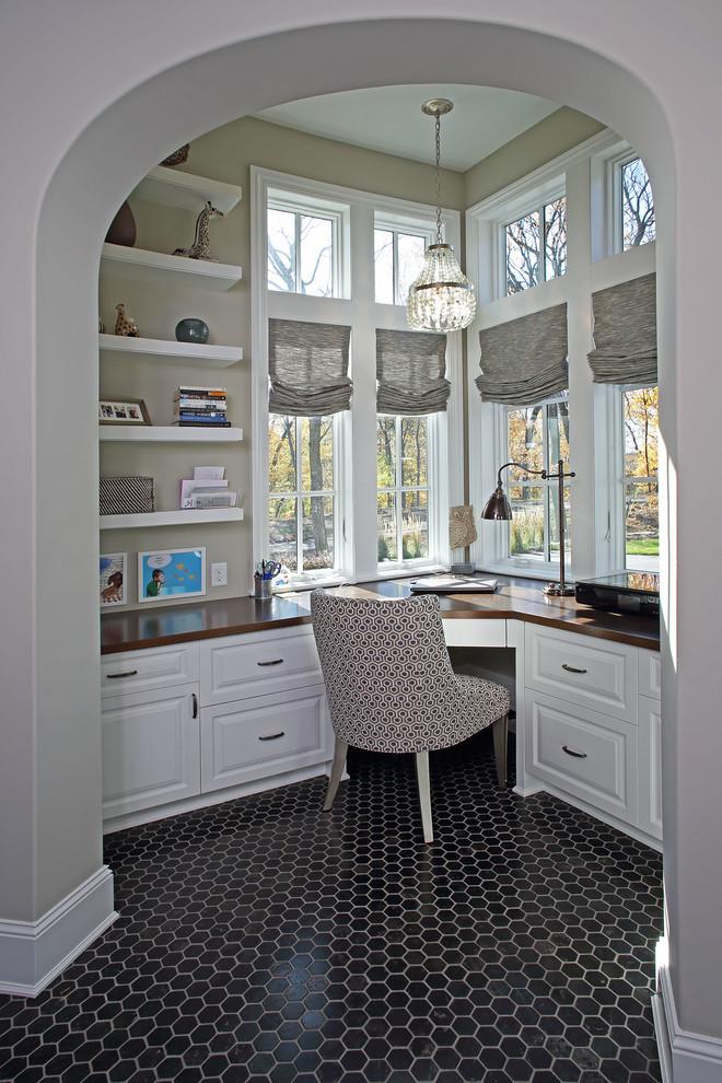 Idee per un ufficio chic di medie dimensioni con pareti beige, pavimento con piastrelle in ceramica, nessun camino, scrivania incassata e pavimento nero