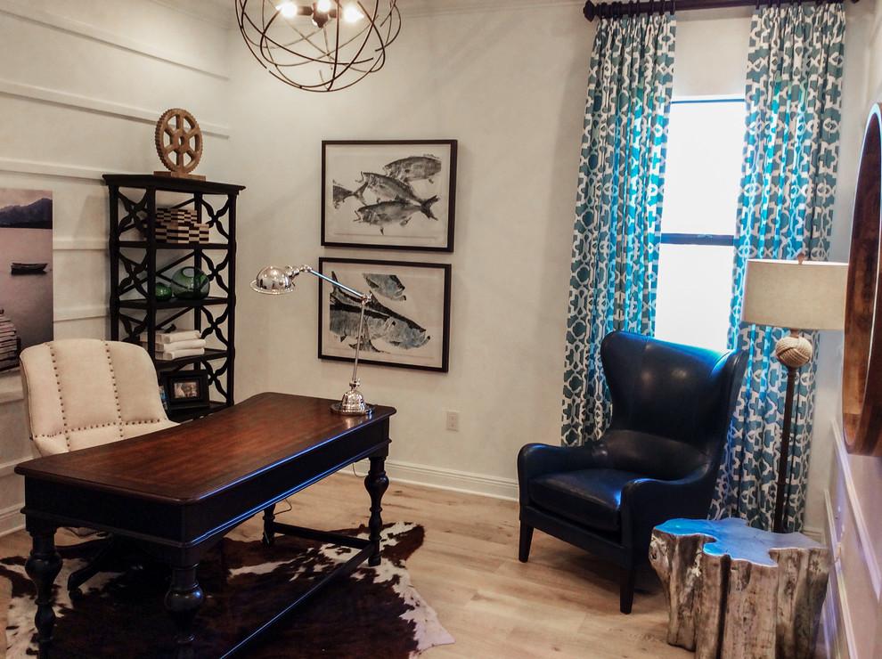 マイアミの中サイズのトランジショナルスタイルの書斎・ホームオフィスの画像 (白い壁、淡色無垢フローリング、暖炉なし、自立型机、ベージュの床)