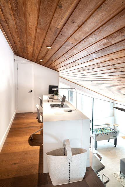 This is an example of a modern home office in Toronto.
