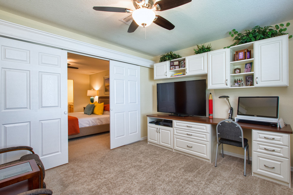 Home office - traditional home office idea in Orlando