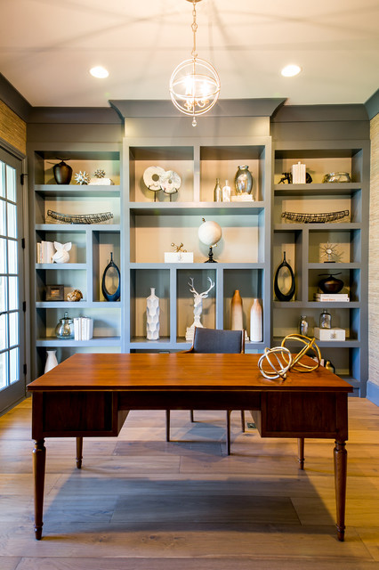 シカゴ, ILのトランジショナルスタイルの書斎・仕事部屋の写真 (青い壁、無垢フローリング、自立型机)