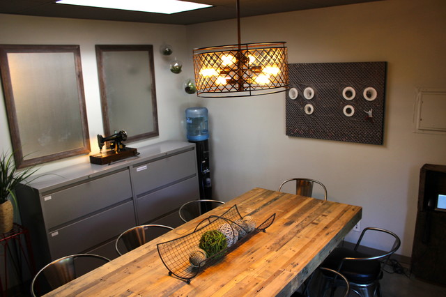 Good Vintage Accessories Warm Up This Industrial Space Industrial Home Office