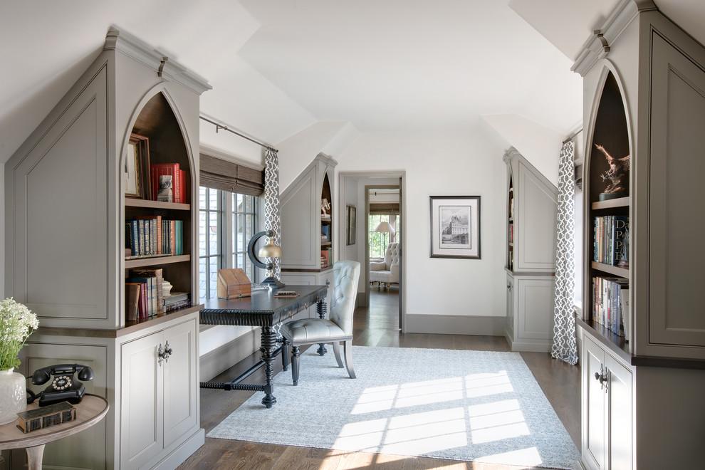 Foto di uno studio chic con pareti bianche, pavimento in legno massello medio, scrivania autoportante e pavimento marrone