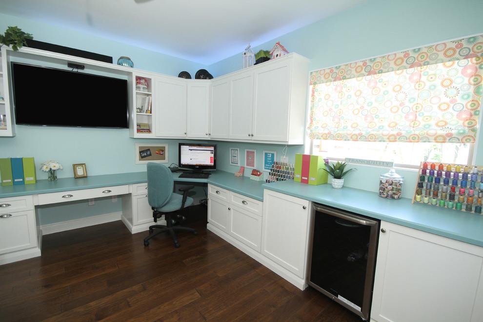 Inspiration pour un grand bureau marin avec un mur bleu et un bureau intégré.