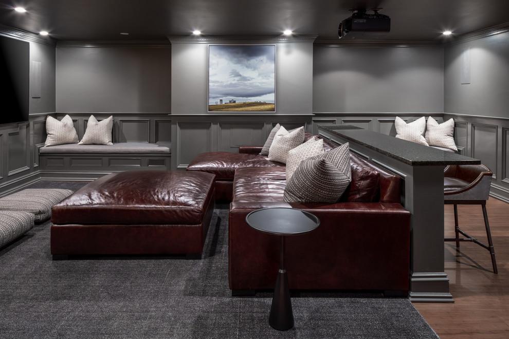Esempio di un home theatre country chiuso con pareti grigie, TV a parete, parquet scuro e pavimento marrone