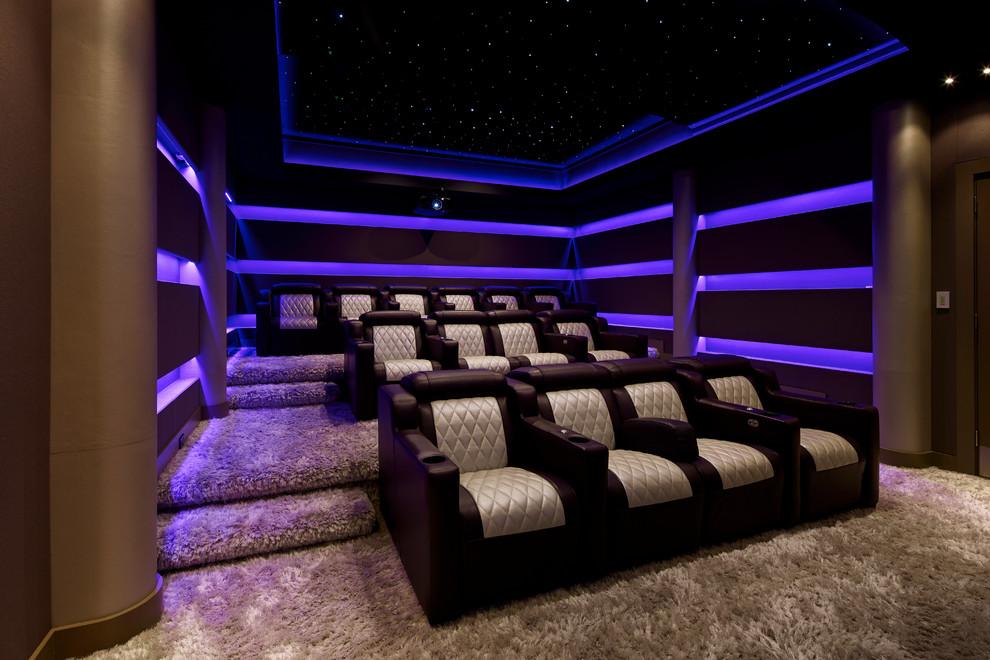 Foto di un home theatre minimalista di medie dimensioni e chiuso con moquette, pavimento beige, pareti viola e parete attrezzata