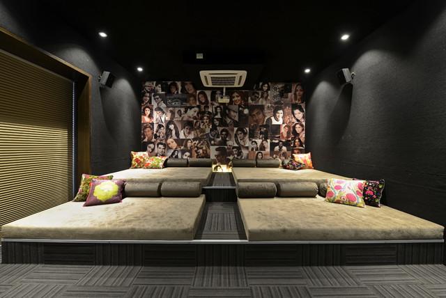 Ispirazione per un grande home theatre minimal chiuso con pareti nere