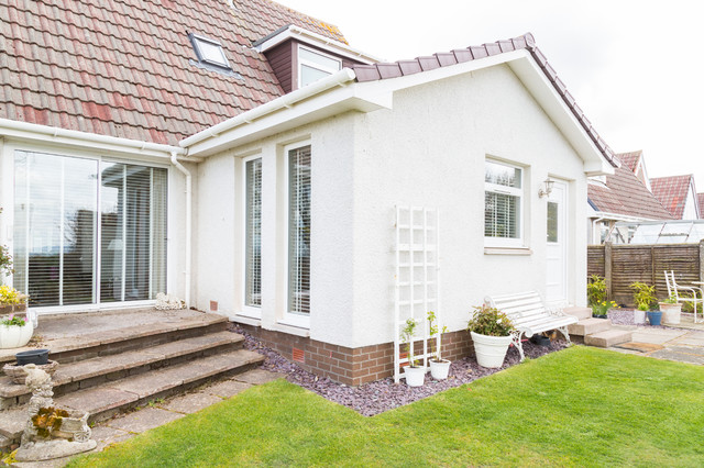 Photo of a medium sized and white modern one floor render exterior in Other.