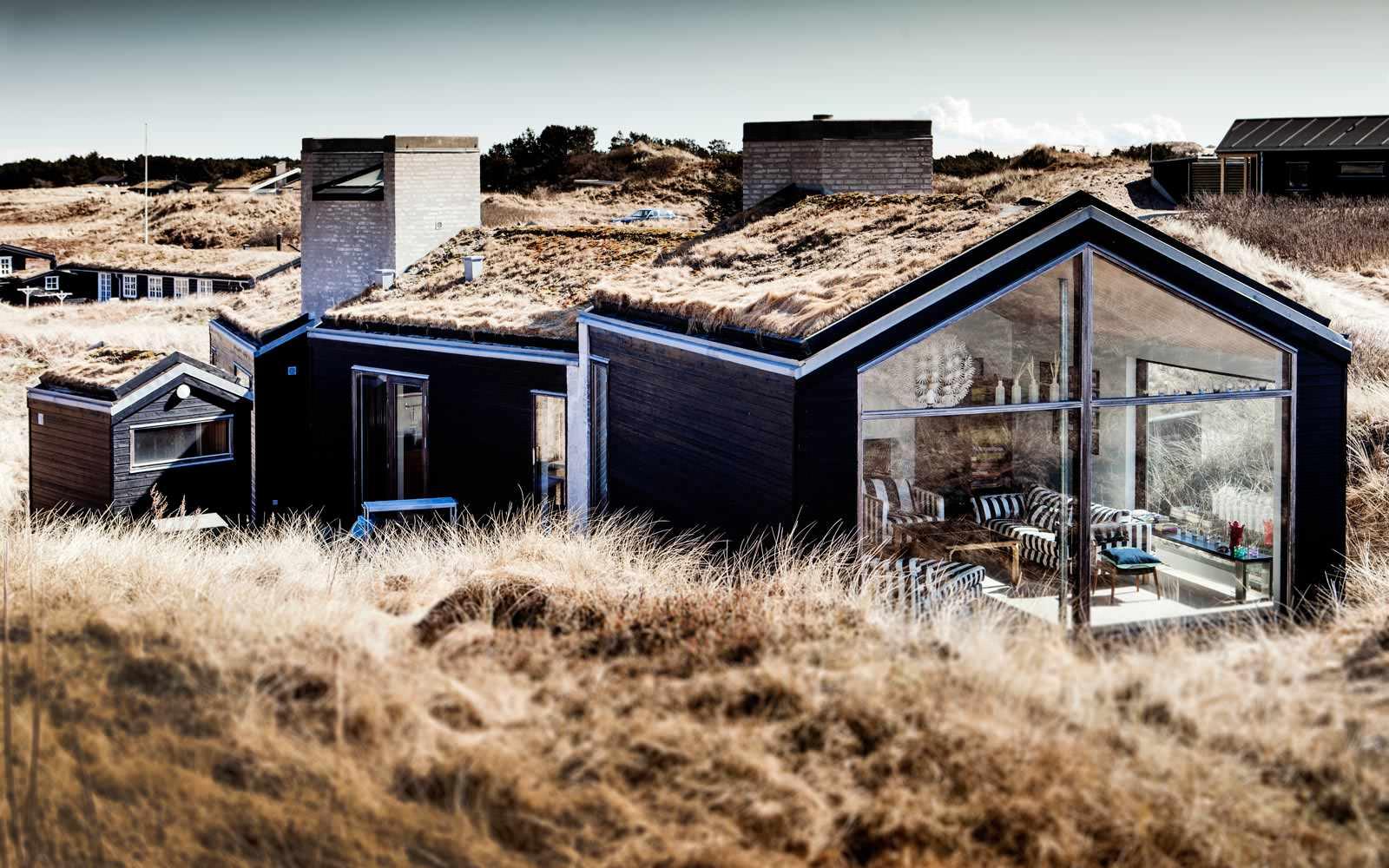 Architektur Ein dänisches Ferienhaus duckt sich in die Dünen